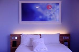 спалня с лед осветление